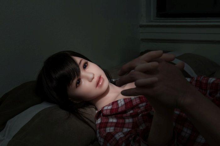 Корейский фотограф влюбился в резиновую девушку