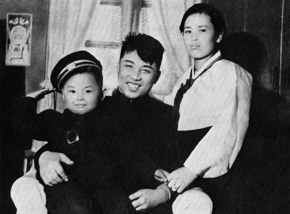 2. Юный Ким Чем Ир (слева) в детстве со своими родителями – мамой Ким Йонг Сук и Ким Ир Сеном.