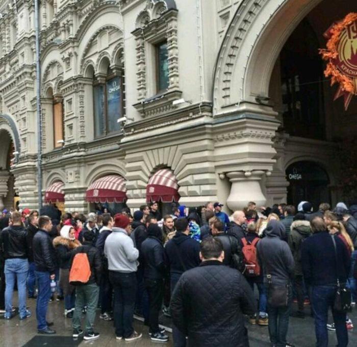 К моменту открытия перед ГУМом собралась внушительная толпа. Жаждущих немедленно приобрести себе нов