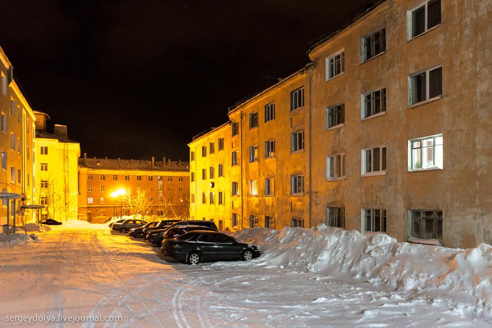 3. В отличии от Апатитов, Кировск более презентабелен, такой город-курорт. На главной площади с