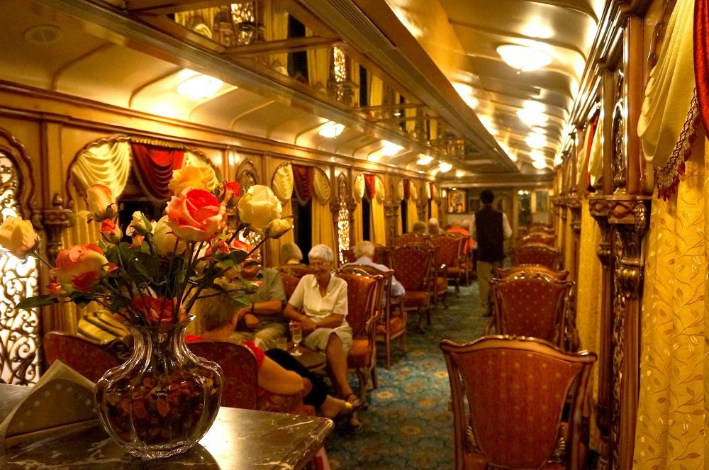 © aryanstoursandtravels.com  Один изсамых красивых пассажирских поездов, созданный пообразу