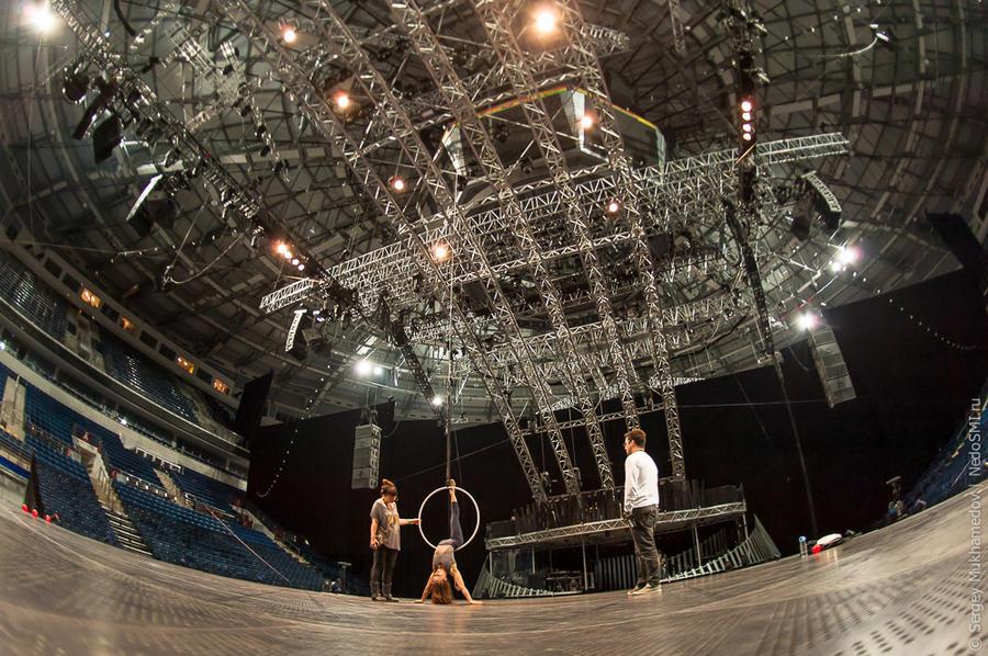 5. 800 000, именно столько отверстий сделано в полу сцены. Пропущенный через них свет, создает краси
