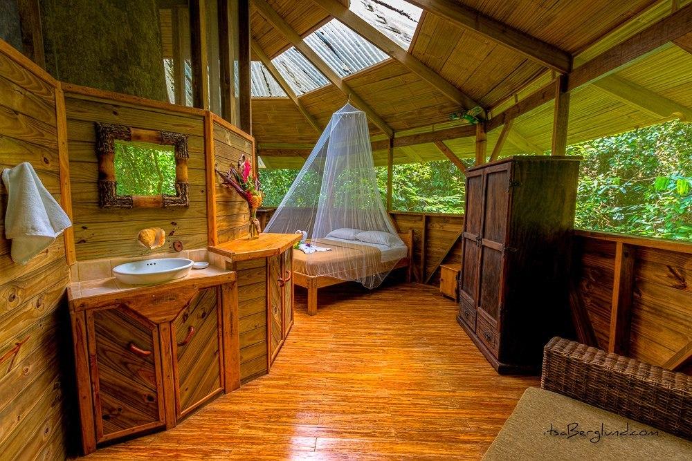 Внутри каждого дома — просторная спальня с удобной мебелью, все сделано из экологичных материалов. Н