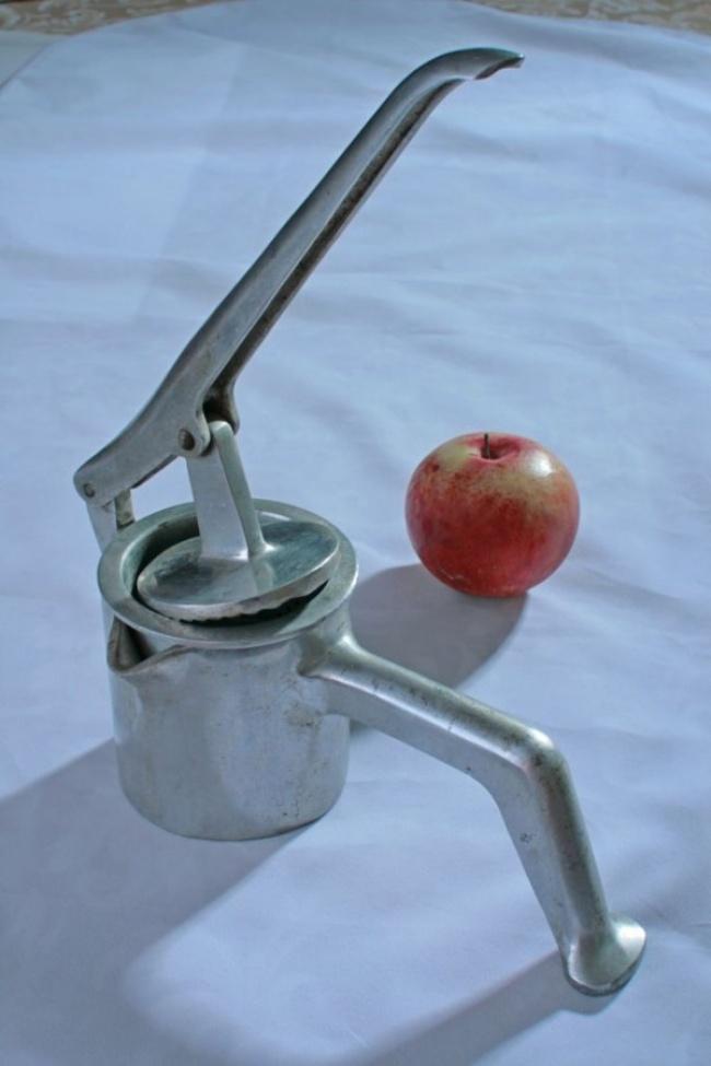 Давилка (соковыжималка) для яблок. Внутри— прочный металлический стаканчик сдырчатым дном. Внем о