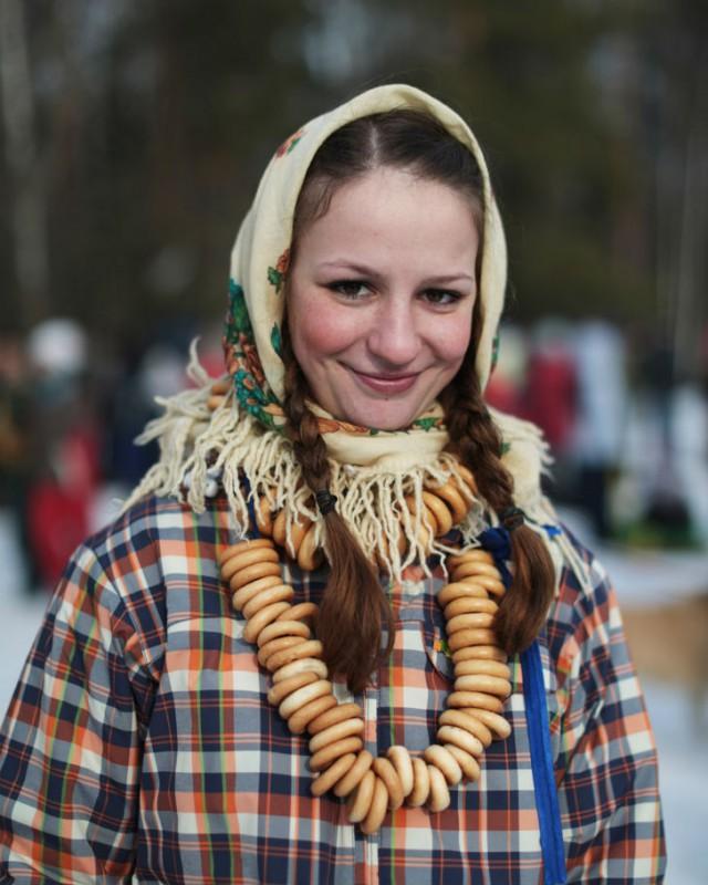 Многие гости праздника одеваются согласно неофициальным правилам Бакшевской масленицы: русский народ
