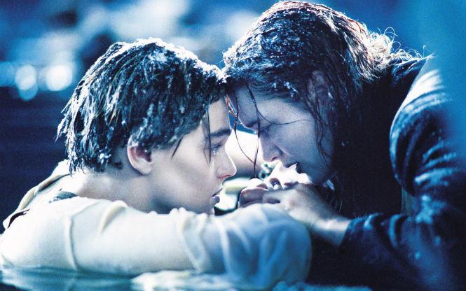6. Тонущий человек делает это тихо В фильмах утопающие обычно громко зовут на помощь и машут руками.