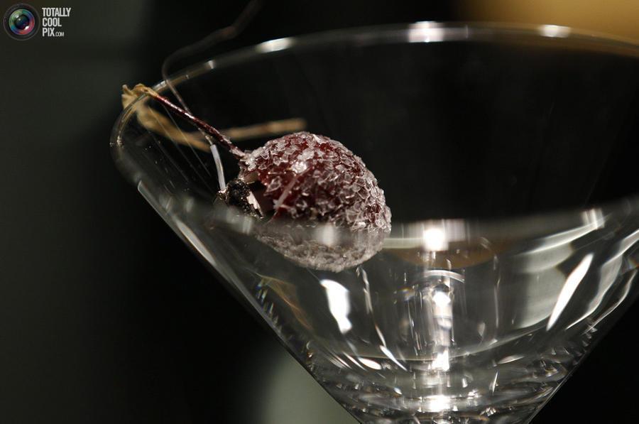 12. Микрофон, скрытый внутри искусственной вишни в бокале мартини.
