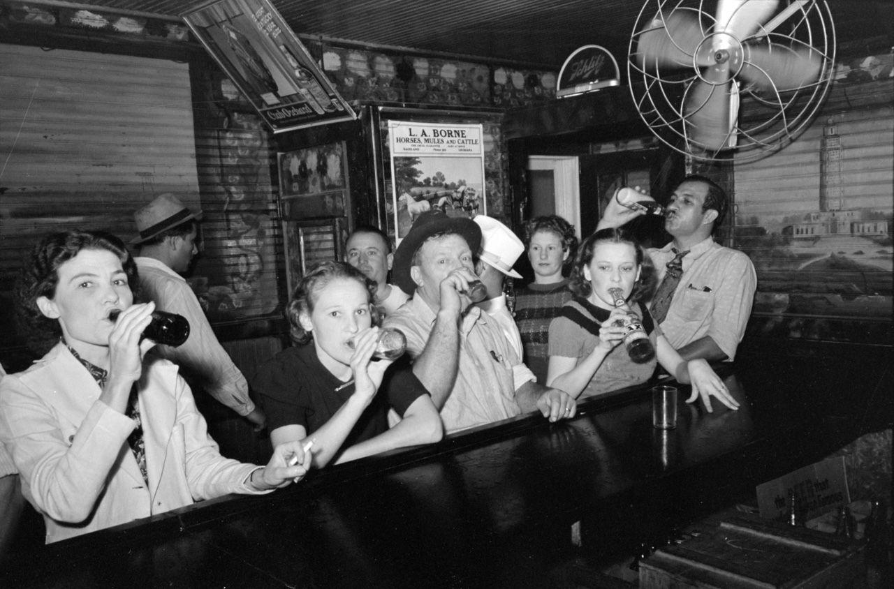 Продажа нелегального алкоголя — не только мужская игра. Множество женщин также занимались этим бизне