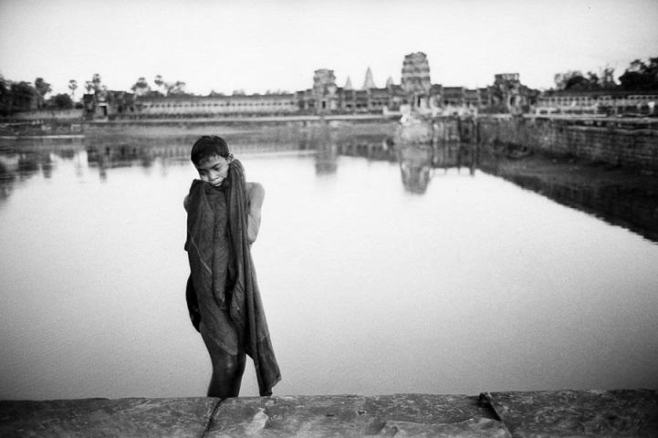 Камбоджа, 1969 год. Юный Кхмер купается в одном из рвов с водой на территории храмового комплекса Ан