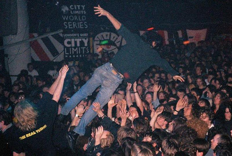 Толпа в английском клубе на концерте.