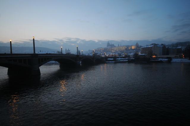 Манесов мост почти безлюден по сравнению с популярным у туристов соседом, хотя и расположен в двухст