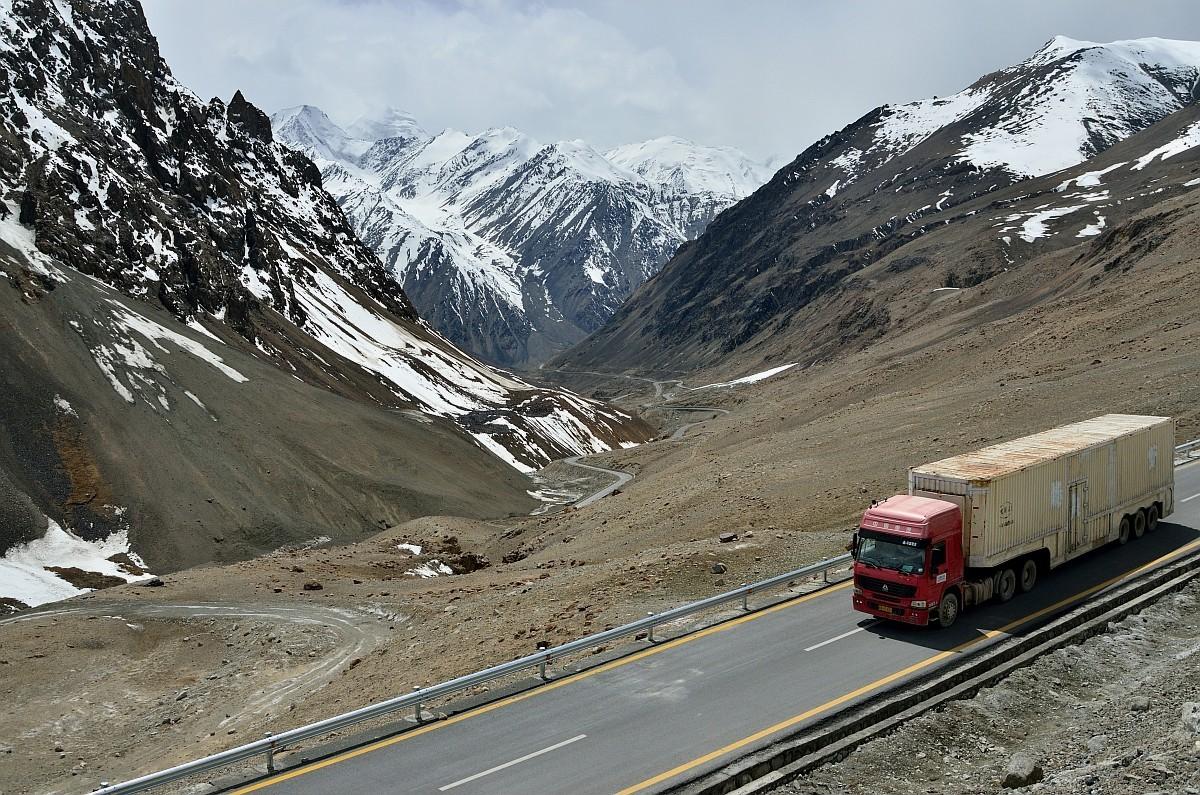 Каракорумское шоссе серпантином поднимается к самому своему высокому участку. Тут гид показал на вер