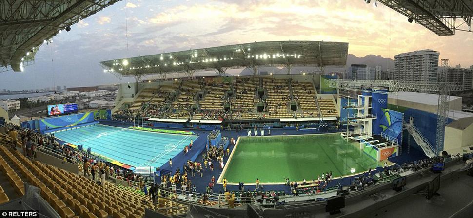 По этой фотографии видно, насколько цвет воды в двух соседних бассейнах отличается. Нет, не показало