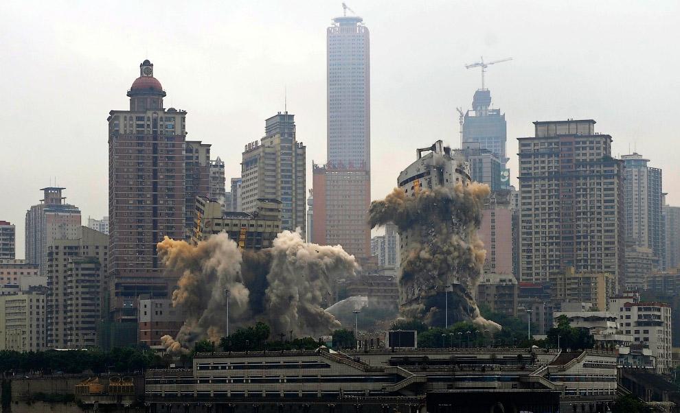 8. Контролируемый, направленный взрыв здания в Лионе, центральная Франция, 19 мая 2010. (Фото Lauren