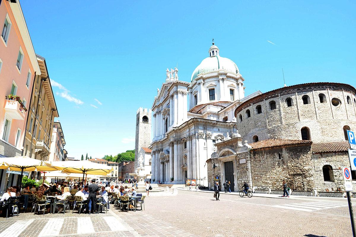 4. Piazza del Duomo (Piazza Paolo VI). Эта площадь является общественным и религиозным центром город