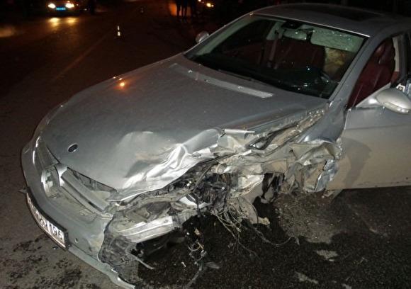 ВЕкатеринбурге Mercedes протаранил такси спассажироми