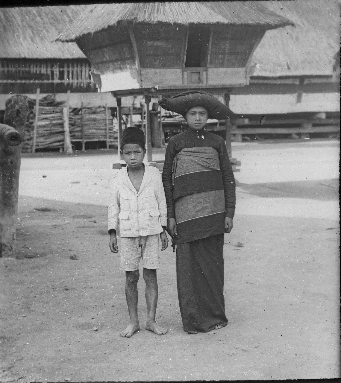 Мать и сын народности каро
