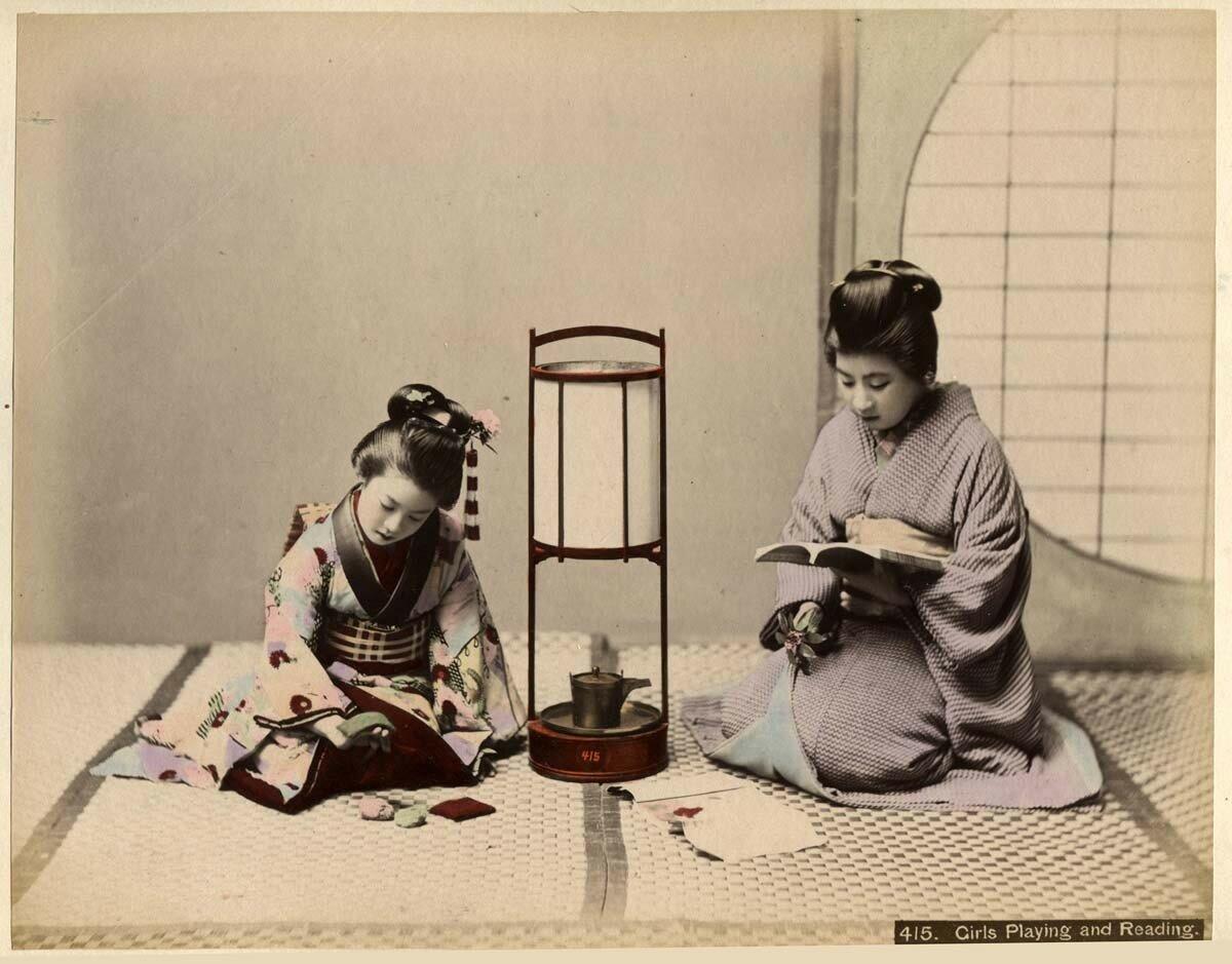 Девушки играют и читают