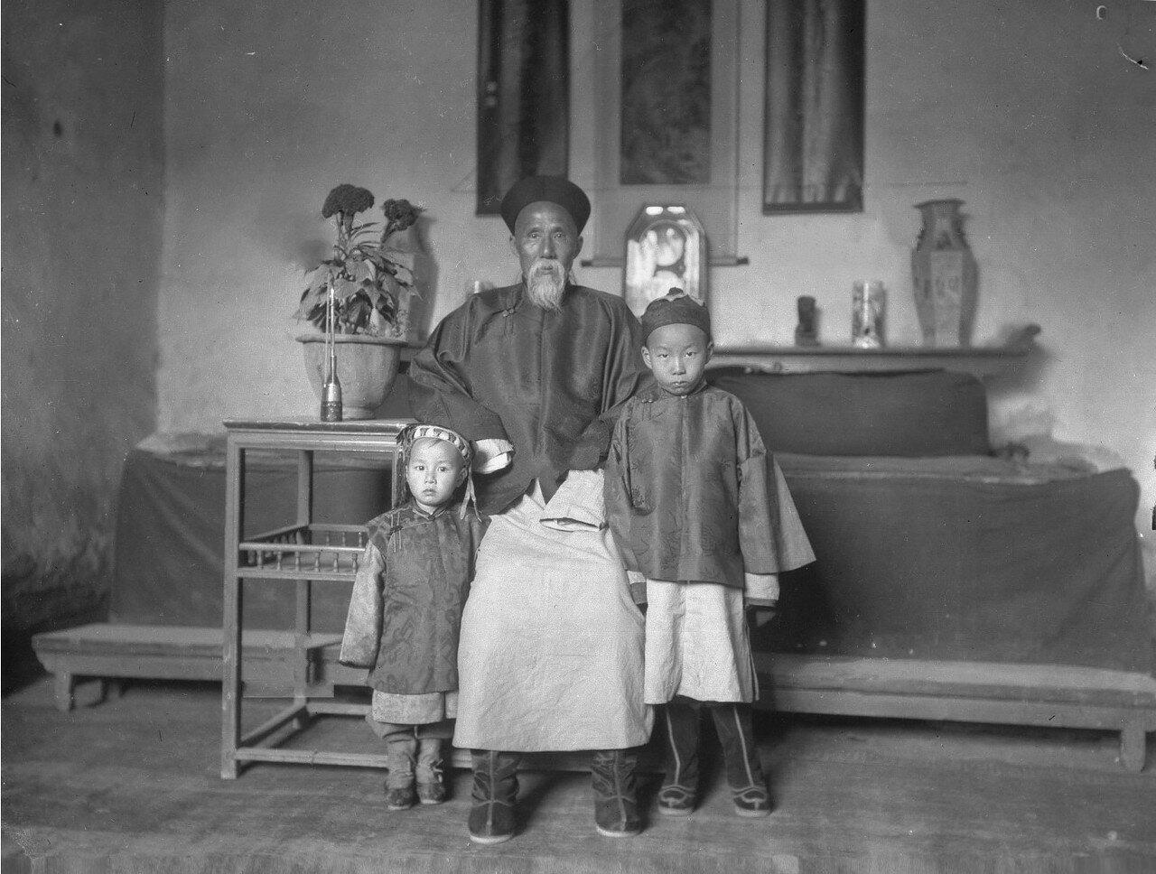 Чин-тай Ян со своими двумя детьми