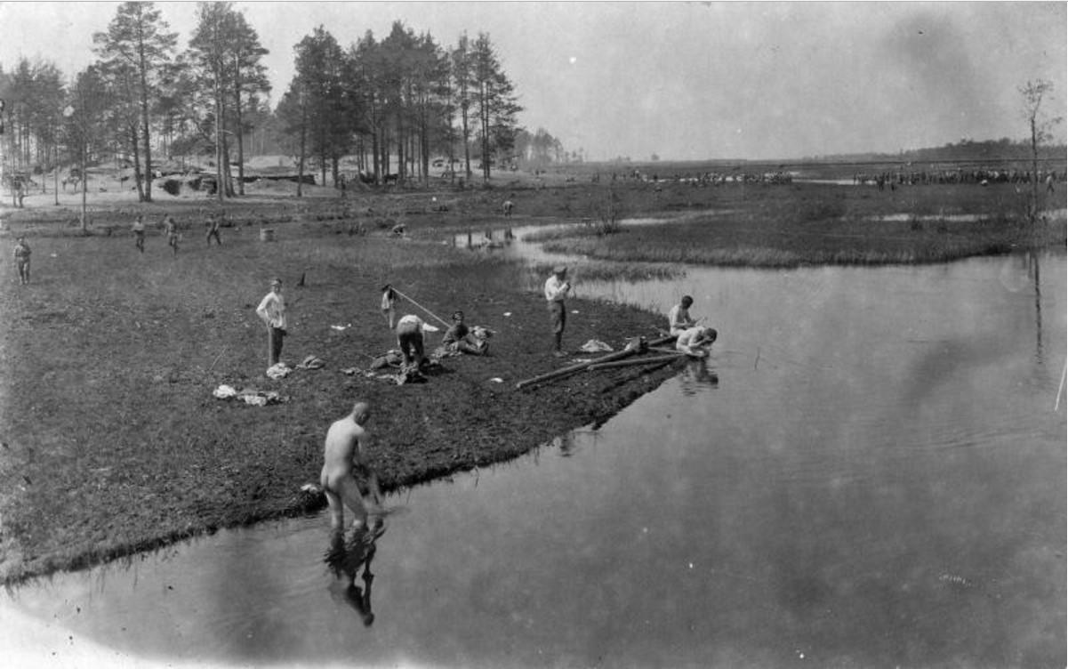 Мытье и стирка в реке на привале