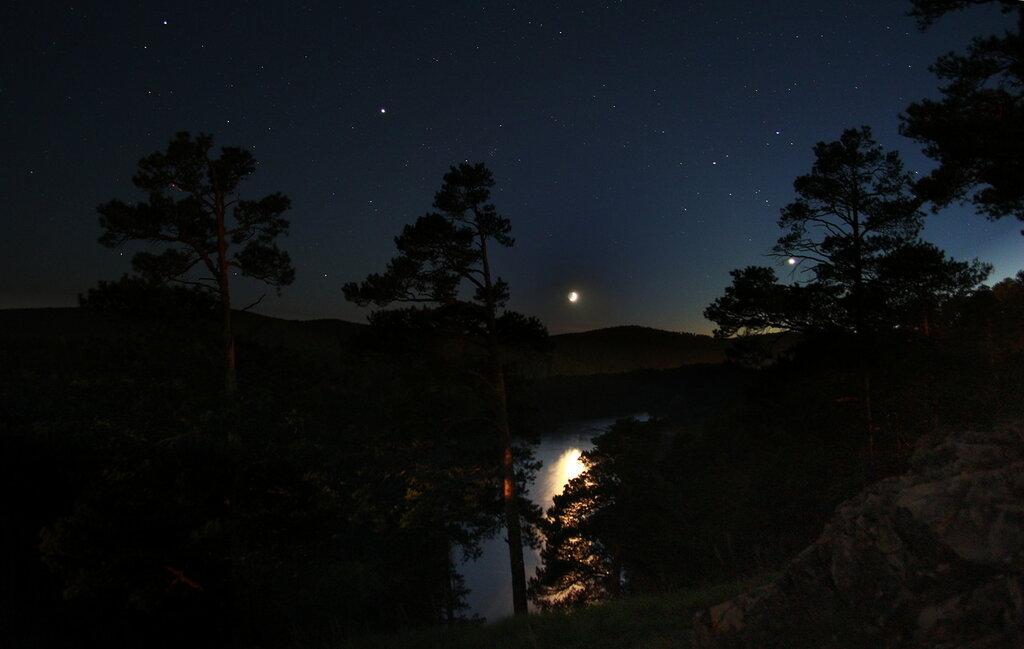 Закат Луны над рекой Ай в Кусе