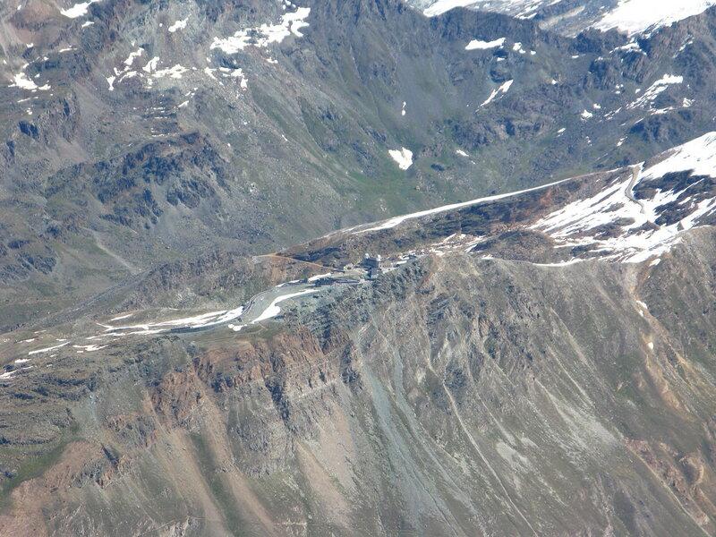 Вид на Горнерграт с Кляне Маттерхорна. В середине можно разглядеть обсерваторию