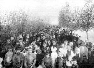 Рабочие фабрики на гулянье.