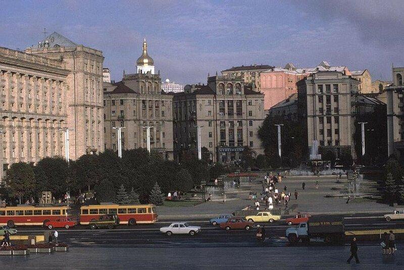 Киев. Площадь Октябрьской революции вдоль улицы Крещатик. 1988 год.