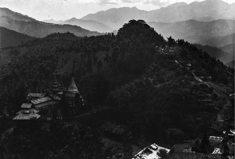 894. Горный пейзаж с буддийскими храмами и пагодами