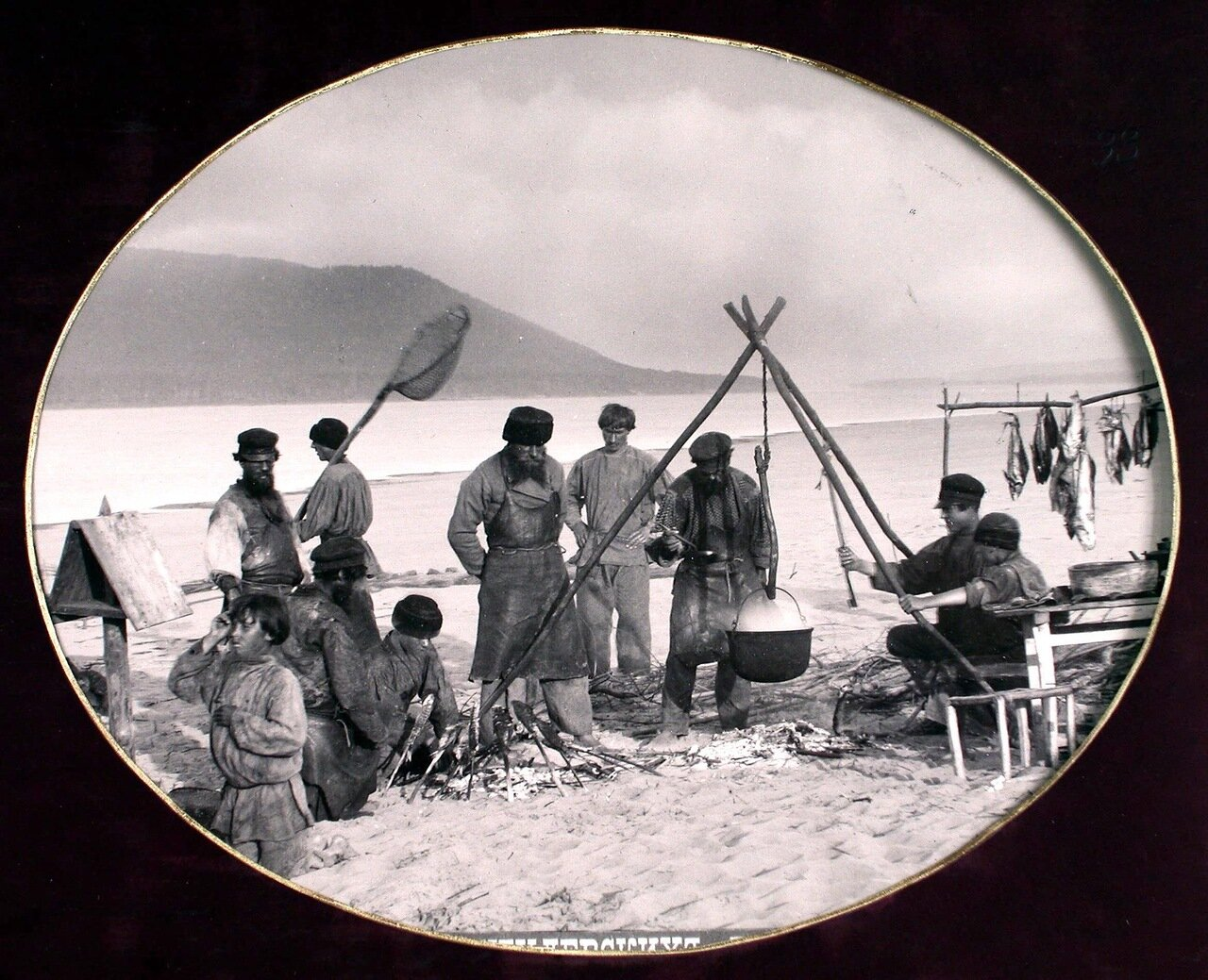 17. Рыбаки варят уху на берегу Волги; на втором плане - Жигулевские горы