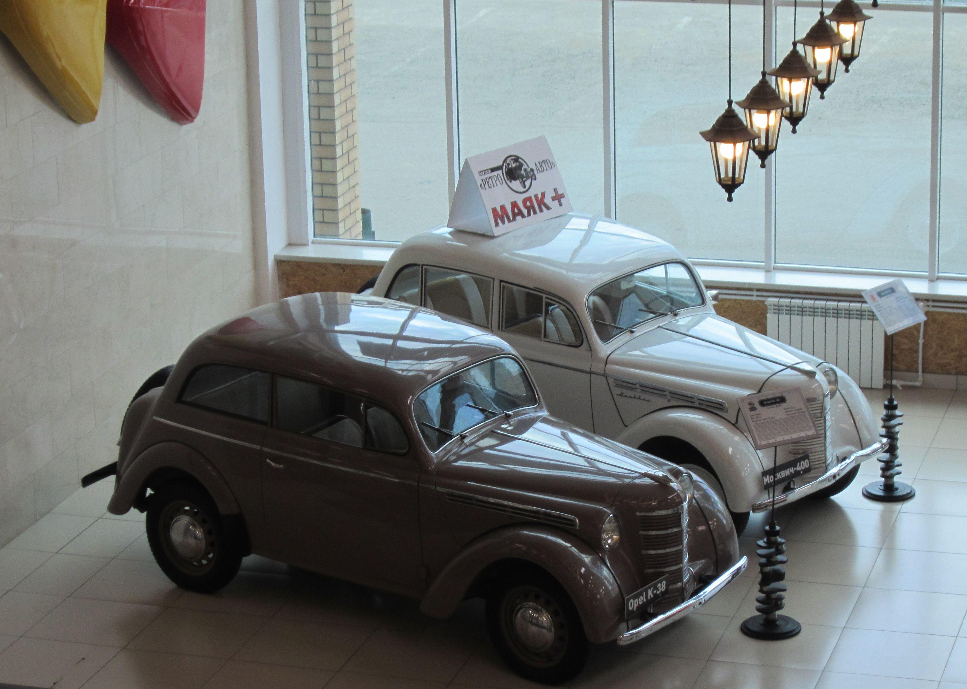Первый Москвич-400 и его прародитель Опель-Кадет встречают посетителей на первом этаже торгового комплекса Маяк-Плюс (10.08.2015)