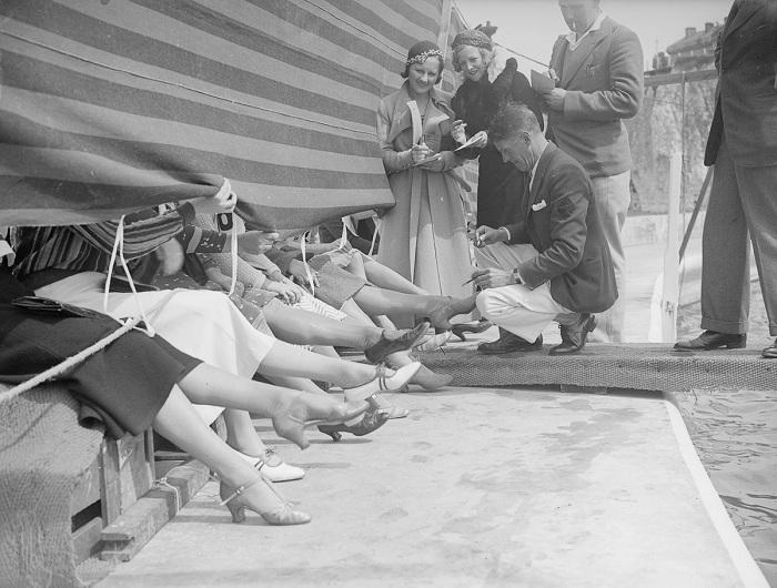 Ретро-снимок с Лондонского конкурса красоты 1933 года. Обычно участницы скрывались за занавеской и о