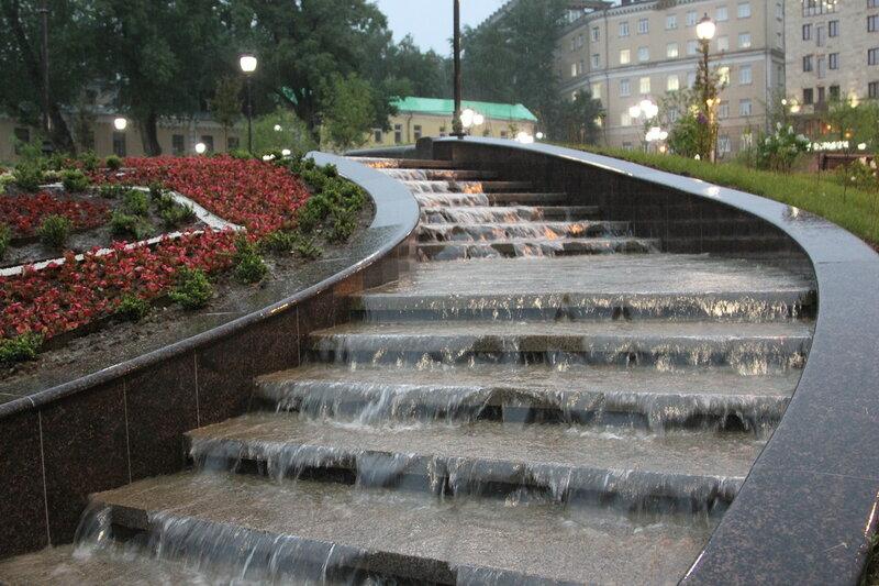 На Хитровской площади заработал каскадный фонтан