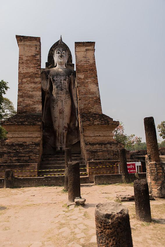 Фотография 16. Будда в храме Wat Mahathat (Ват Махатхат) в парке Sukhothai Historical Park в Тайланде.