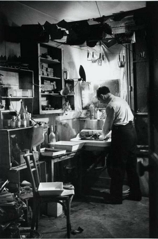 1931. Брассай в своей фотолаборатории в Париже
