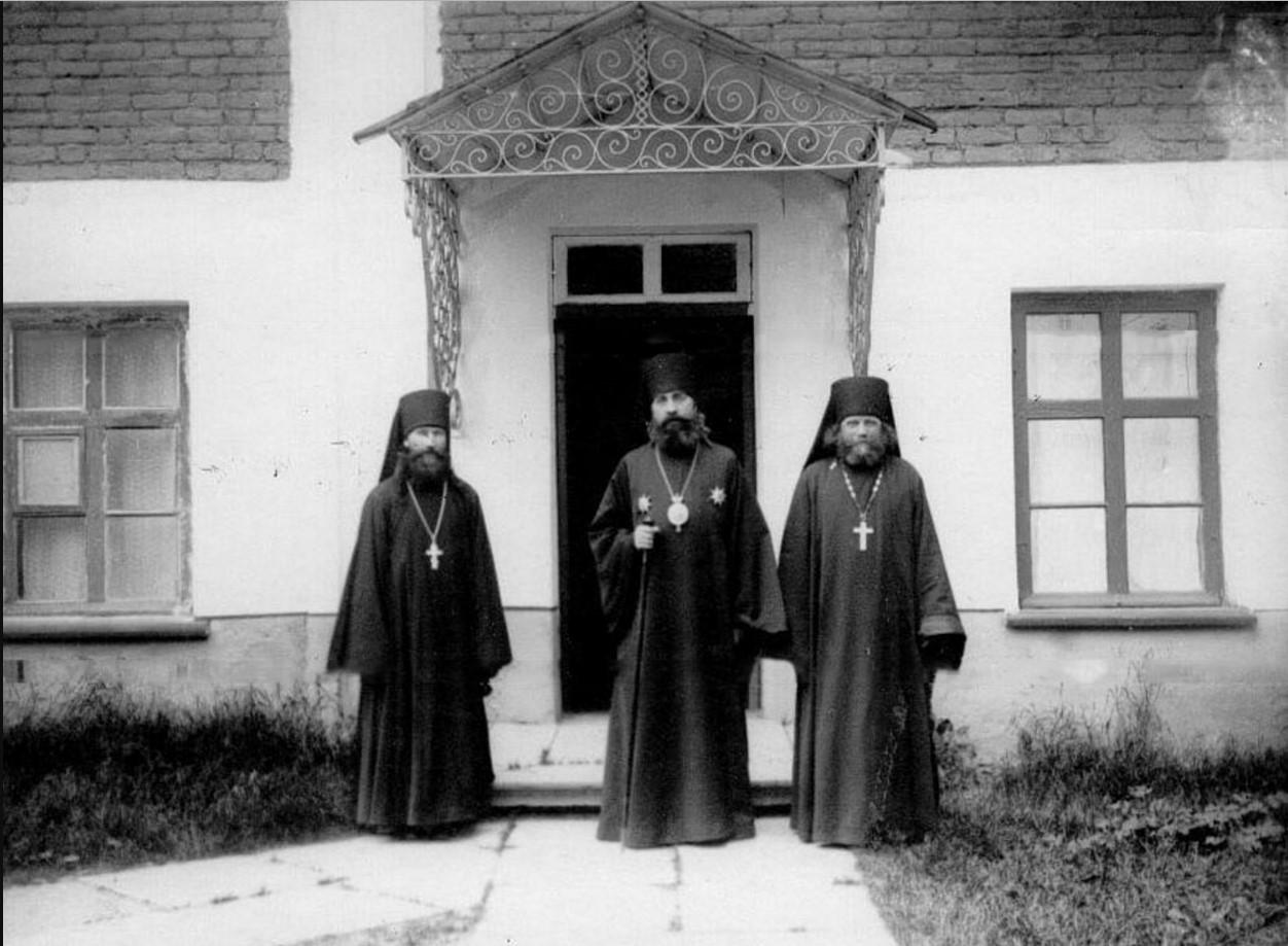 74. Архиепископ Финляндский и Выборгский Антоний (в центре) с монашествующим духовенством Коневского Рождественского монастыря
