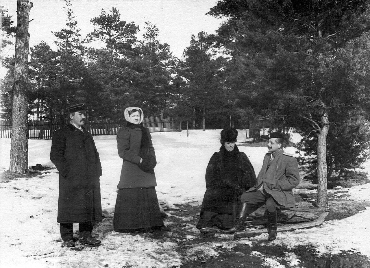 11. Командир лейб-гвардии 2-го Стрелкового Царскосельского батальона (справа), проходящий учение при бригаде, с группой. 1908