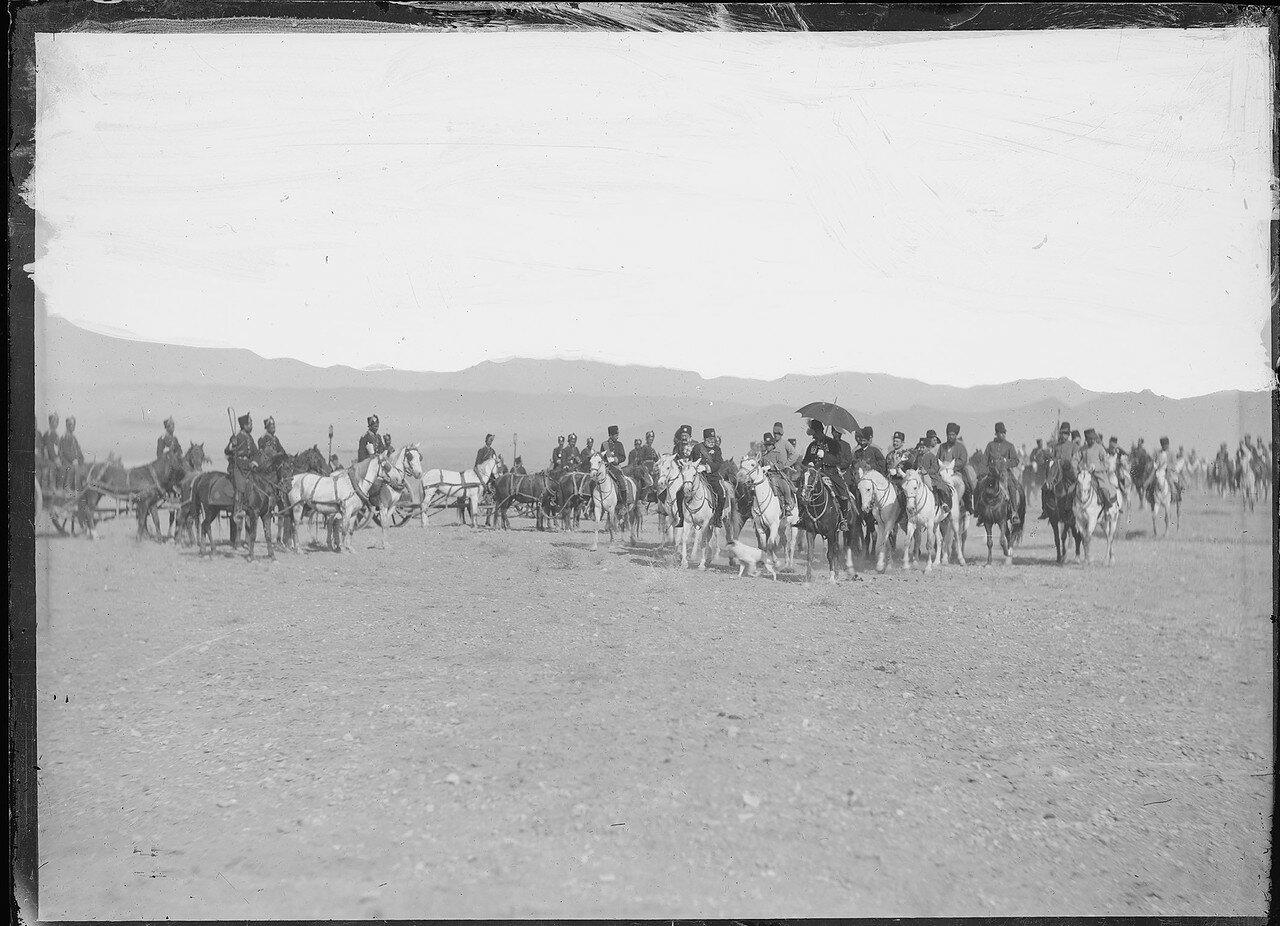 Насреддин-шах (под зонтиком на черном коне) со своей кавалерей