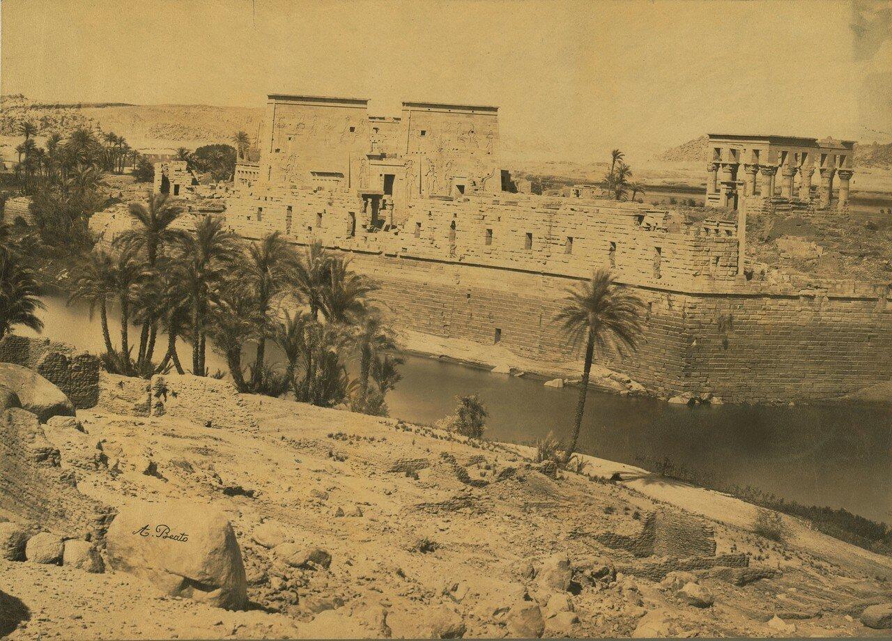 Филе. Храм Исиды (слева) и Киоск императора Траяна