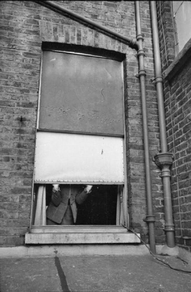 03. Женщина открывает окно, чтобы подышать свежим воздухом и впустить солнечный свет