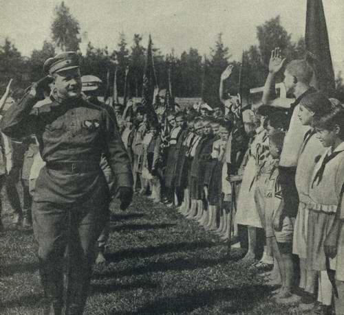 Начало.  Фрунзе принимает парад в пионерском лагере в 1925 г.
