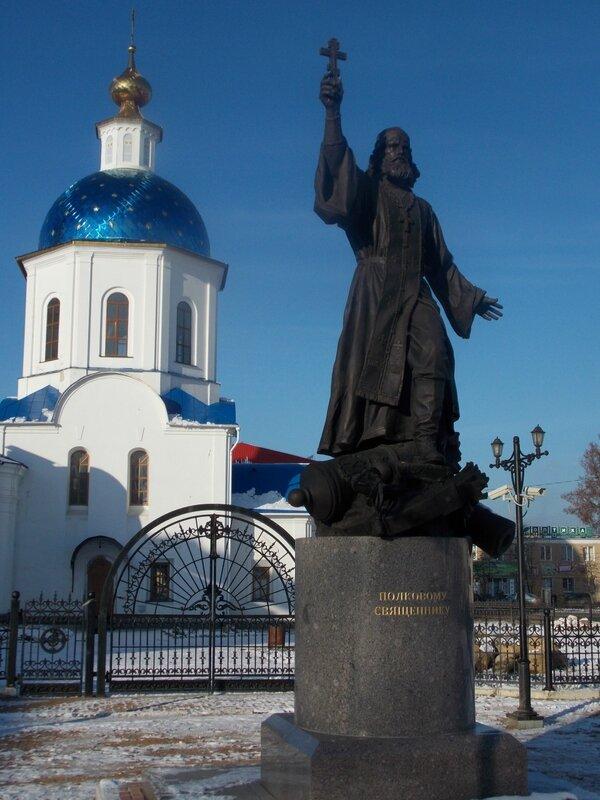 Памятник полковому священнику и фрагмент Малоярославец. Собора Казанской иконы Божией матери