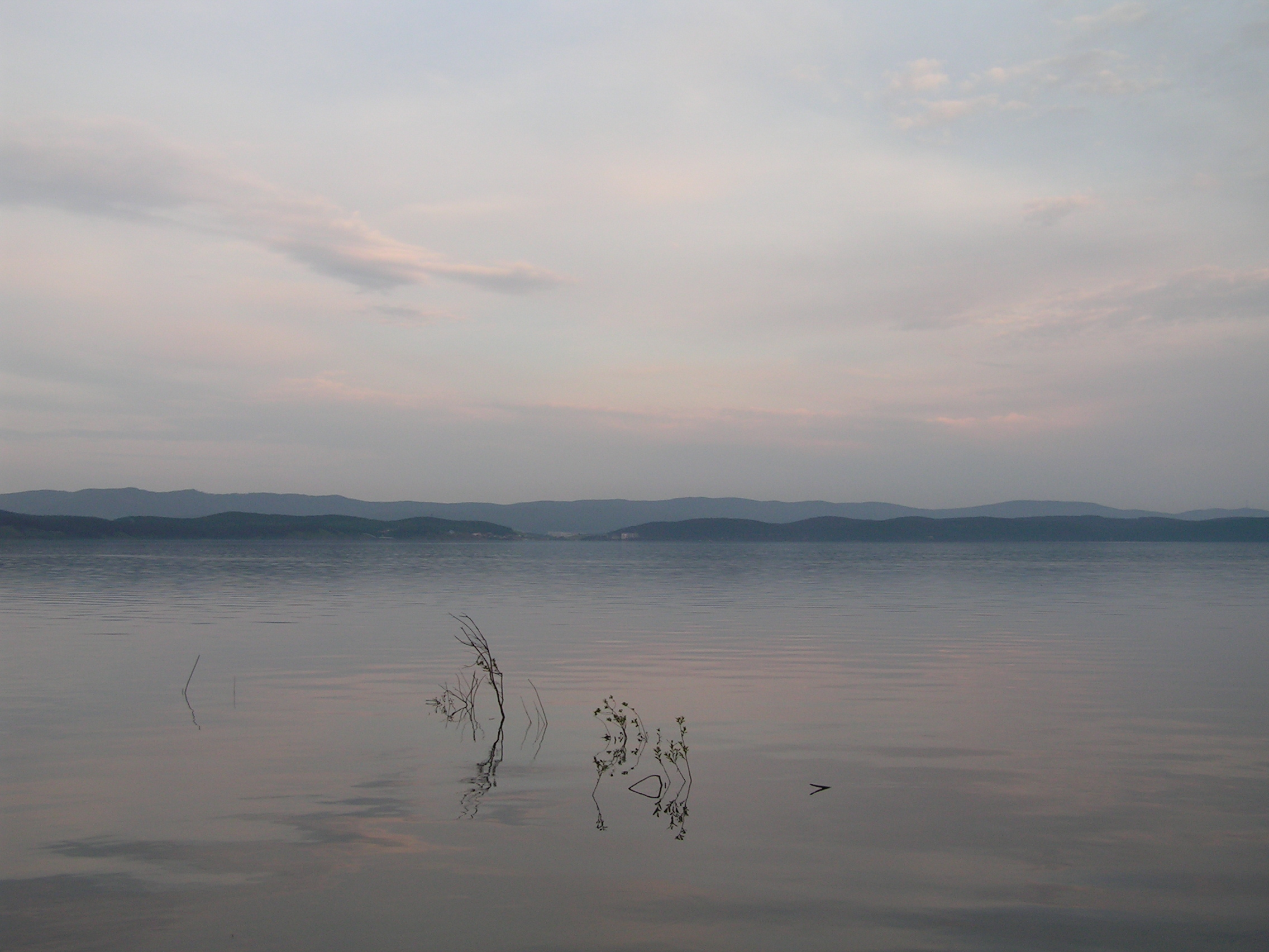Горы нагоризонте инеподвижная водная гладь Тургояка (24.05.2014)