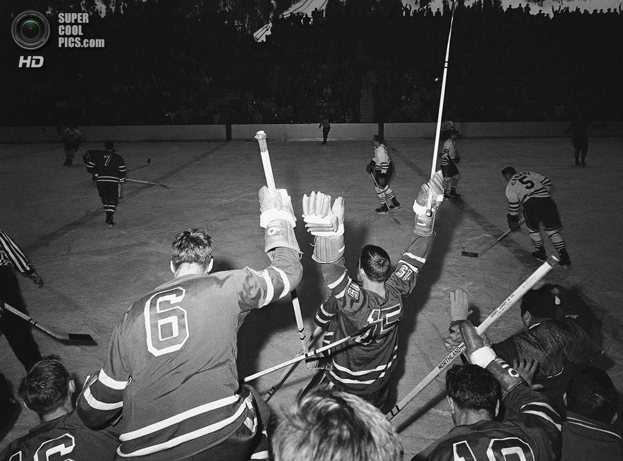 США. Скво-Вэлли, Калифорния. 25 февраля 1960 года. Хоккеисты сборной США празднуют победу над канадц