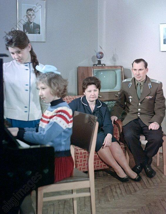 Космонавт Павел Беляев с семьёй, 1965