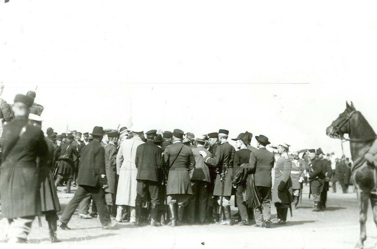 Толпы народа на набережной у Зимнего дворца в день приема императором Николая II членов Городского Совета и депутатов Первой Государственной думы