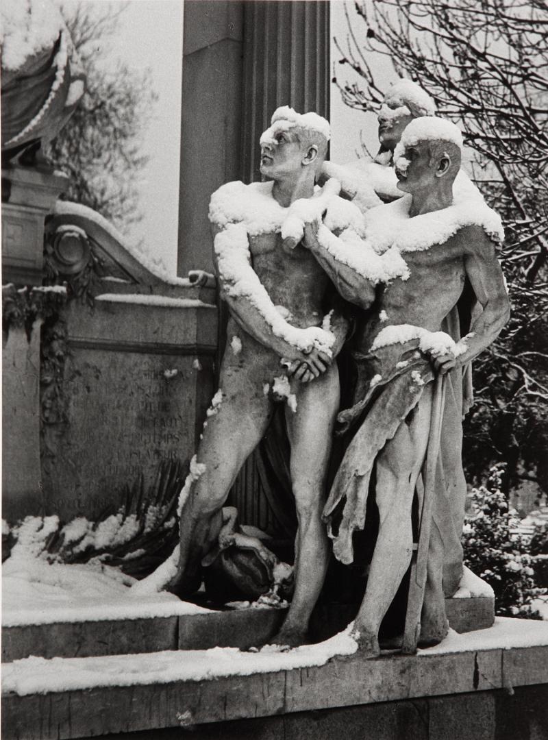 1950. Трое голых мужчин в саду Тюильри