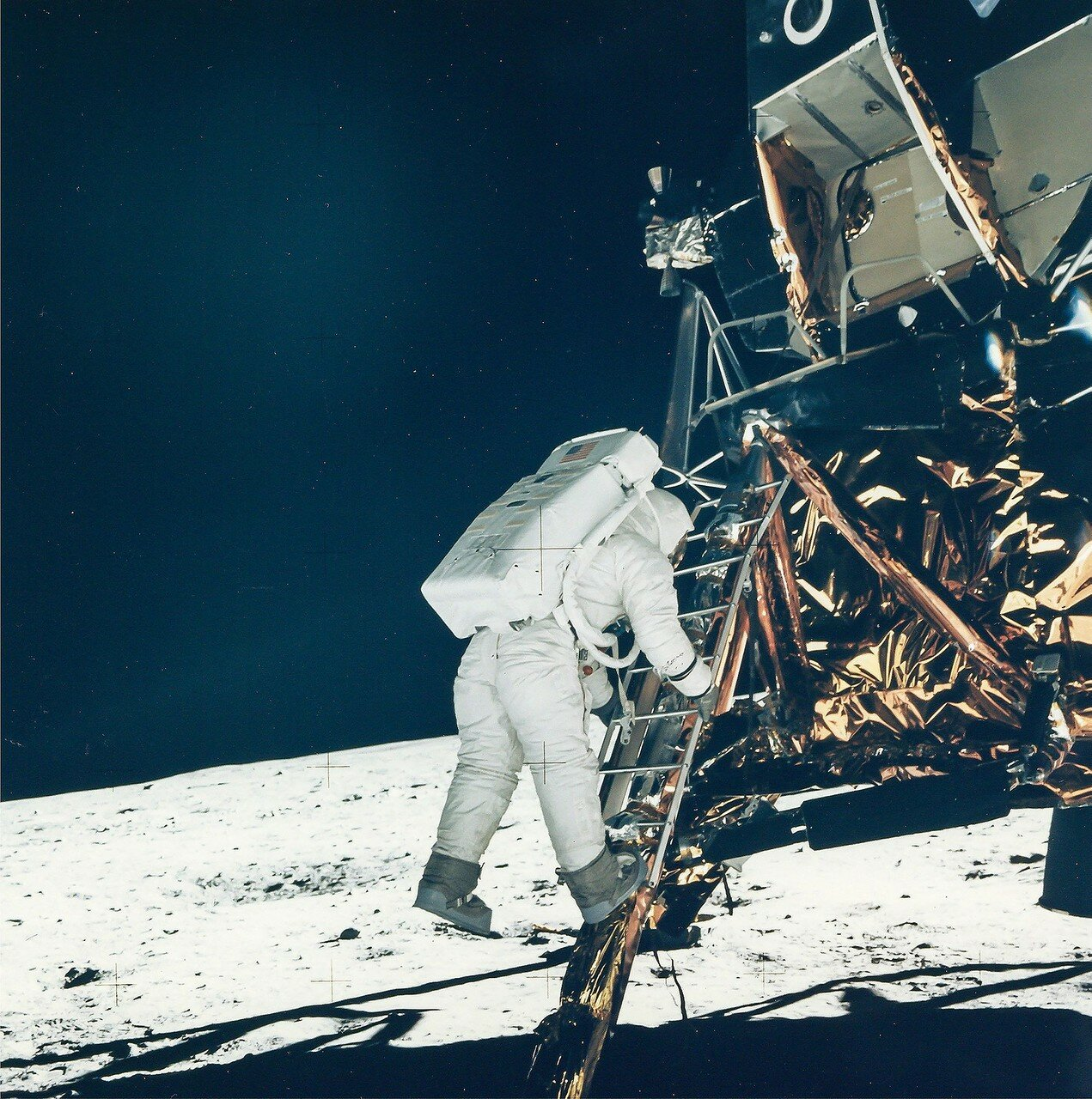 Держась правой рукой за лестницу, Армстронг левой ногой ступил на лунную поверхность и произнёс: «Это один маленький шаг для человека, но гигантский скачок для всего человечества». На снимке: Базз Олдрин собирается сделать свои первые шаги по Луне