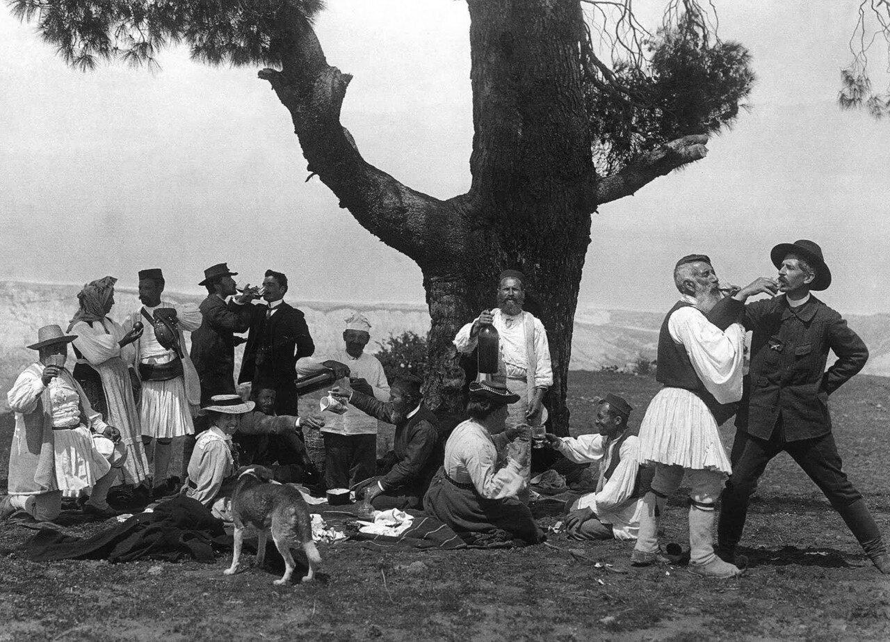 1903. Земено, Коринфия.  Фредерик Буассон пьет на брудершафт с погонщиком скота