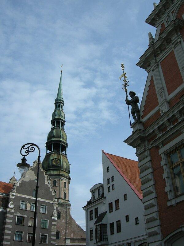 На церкви св. Петра - золотой петушок, а на карнизе Дома черноголовых - прислужник